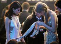 Selena Gomez va Teylor Svift turli vaziyatlarda bir-birlariga yordam beradi