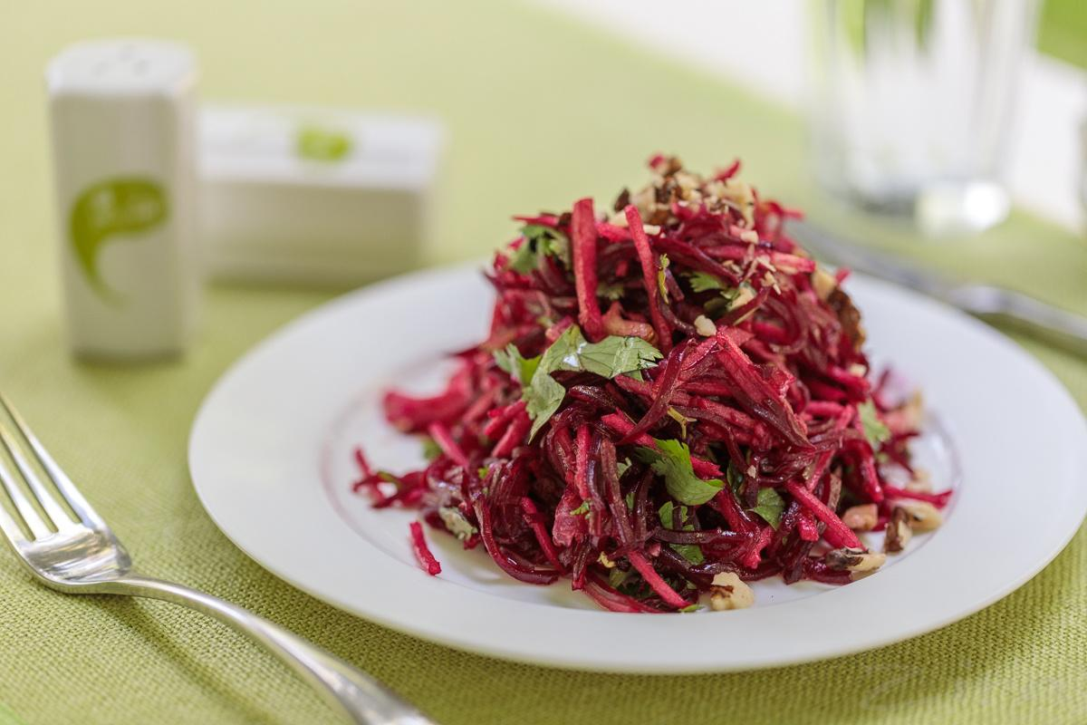 Qizil lavlagi va yong'oqdan tayyorlangan salat