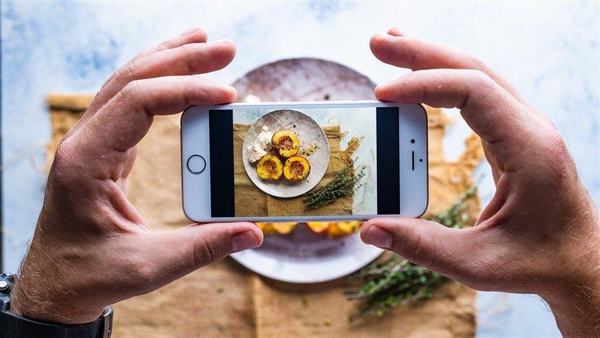 Не ешьте с телефоном в руках